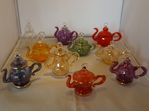 Different colours and shapes of tea pots.   Costs 80,- SEK per piece . Delivery cost 20,- SEK more.